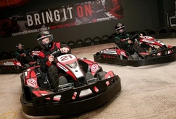 Indoor Karting, 3 karts racing
